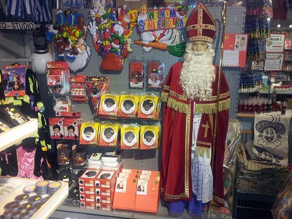 zwarte pieten pak en sinterklaas kostuum in de winkel
